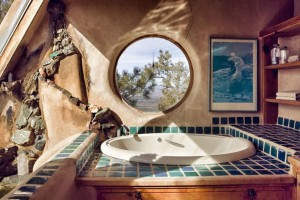 Baño con ventana hobbit