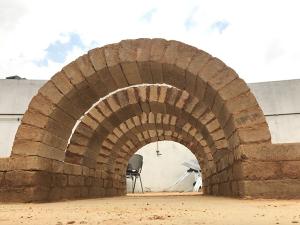 arco con bloques de tierra comprimida